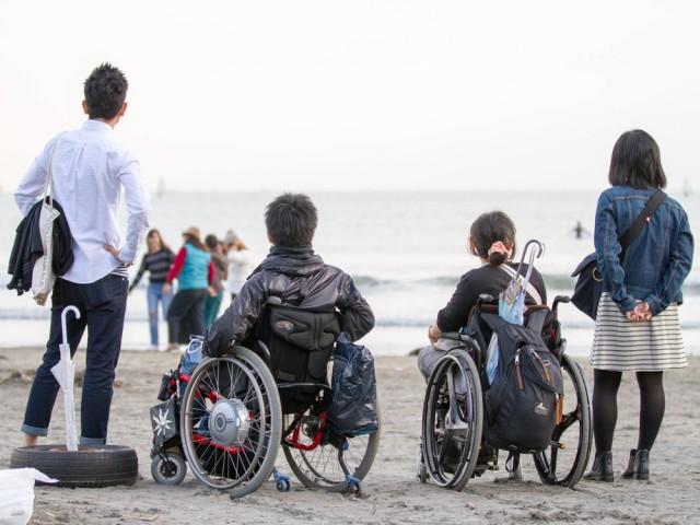 由比ガ浜を散策した昨年の様子。あらゆる人にとって鎌倉は憧れの場所だったという