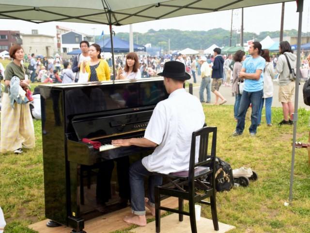公園内のサイトがステージとなって代わる代わるミュージシャンが登場する。屋外では珍しいピアノの弾き語りも ©森川孝郎