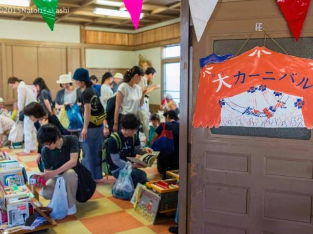 にぎわう一箱古本市の会場。来場者と店主が本を通して会話を楽しむ