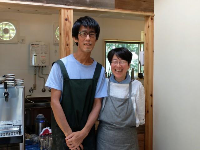 自分で建てた店のキッチンで客を迎える店主夫婦