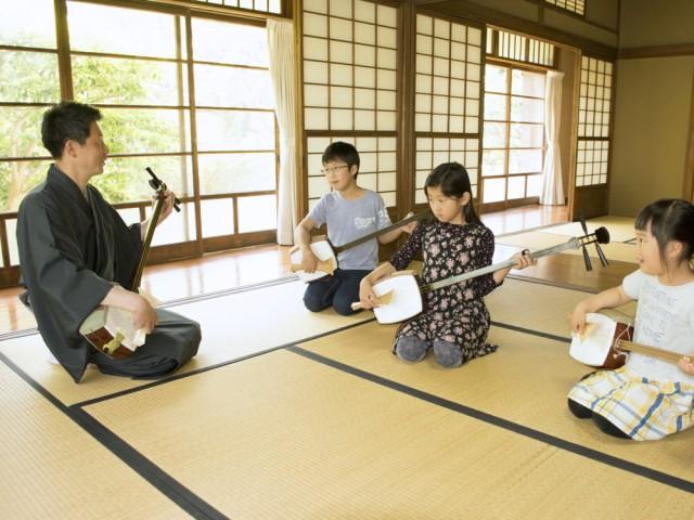 体験会で三味線を指導する荻江寿愼さんは「伝統文化の継承が使命の指導者にとってもうれしい機会」と話す