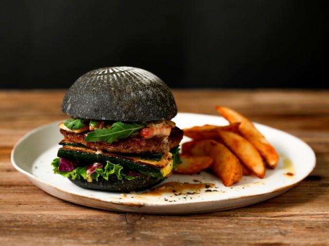 黒いバンズが印象的な鎌倉クラフトバーガー。職人がこだわって作っている市内の食材をセレクトして開発した