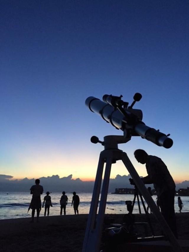 ビクセンの天体望遠鏡で星空を見る。土星の輪や月面のクレーターもくっきり。天気が良ければ天の川も観測できるという