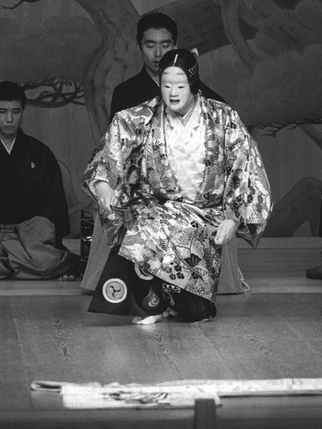「葵上(あおいのうえ)」を演じる金春安明さん。当日はかがり火がたかれ、より幻想的な雰囲気の中で観劇できる