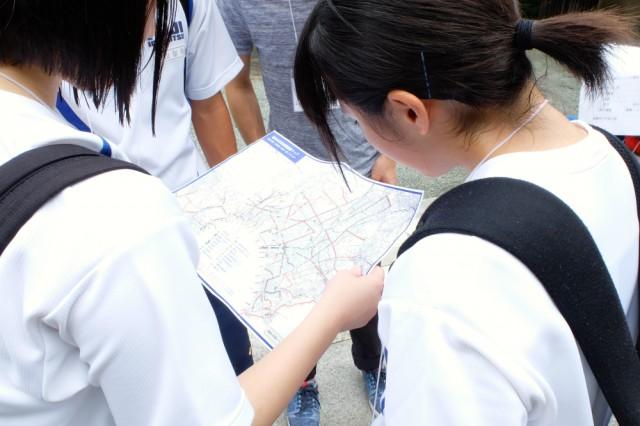 「鎌倉市津波避難経路マップ」を見る高校生たち。地図上では分からなかった発見があった