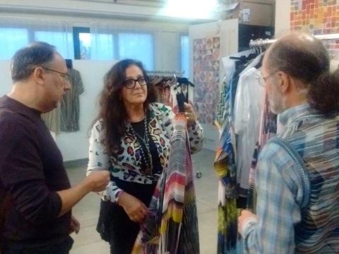 伊ミッソーニのスタジオで衣装の打ち合わせをする演出家のステファノ・ヴィツィオーリさん(左)とアンジェラ・ミッソーニさん(中)、ルカ・ミッソーニさん(右)