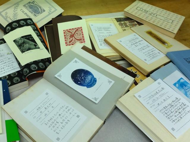 工房の会員が今回の作品展のために制作した蔵書票を、お気に入りの本に貼って展示する