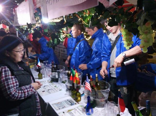 来場者でにぎわった昨年の同会議所青年部ブースの様子。世界各国のワインを提供した