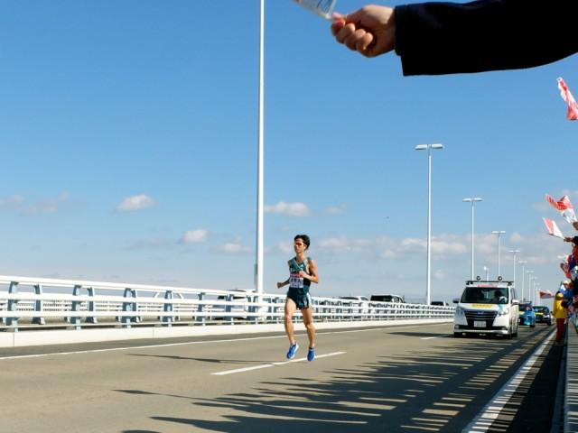 トラスコ湘南大橋をトップで駆け抜ける青山学院大学・秋山雄飛選手