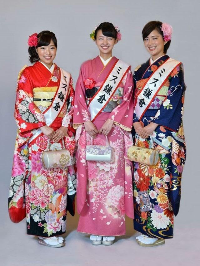 任期が残り3カ月となった現・ミス鎌倉の清水美里さん(左)、林梨花さん(中)、野口実穂(右)さん。「次のミス候補に会うのが楽しみ」