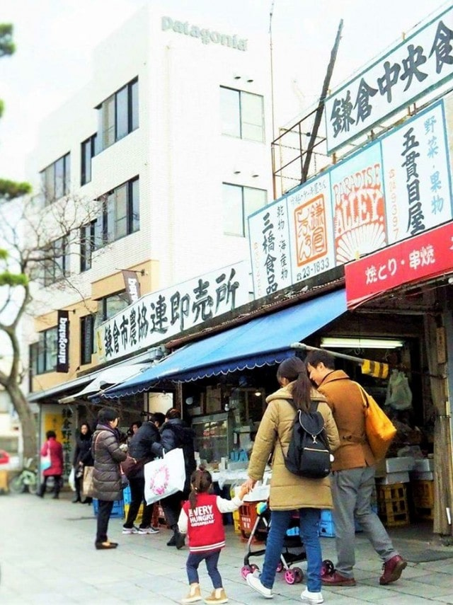 休日の朝、鎌倉を散歩する先輩ファミリー。実際に暮らしているからこそリアルな子育てや生活面の話を聞くことができる