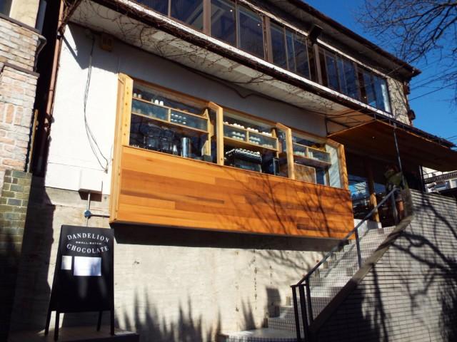 鎌倉駅の東西を結ぶ地下道の脇。2階はカフェが併設されておりチョコレートドリンクのほか、ブラウニーなどのスイーツや鎌倉店の朝限定のチョコレート・クロワッサンなどが楽しめる