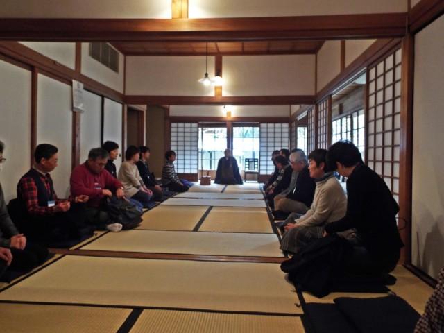 座禅体験に臨む参加者たち