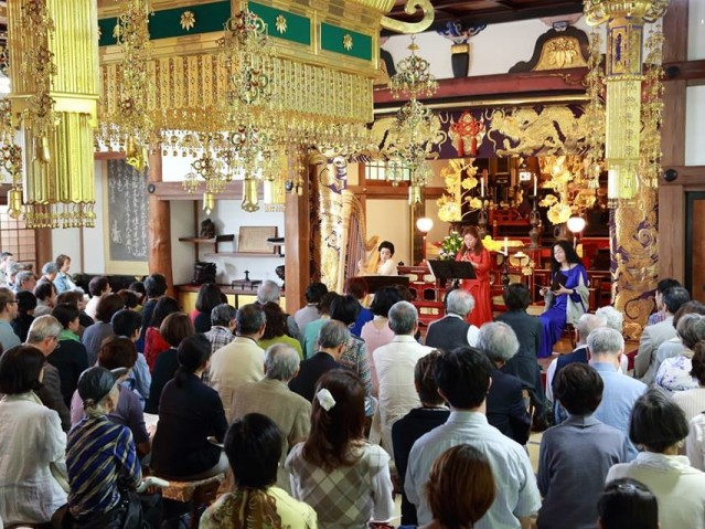 昨年の妙本寺での公演。ハープ、オーボエ、ソプラノの異色の組み合わせが、谷戸の自然に囲まれた本堂に響き渡った(撮影:松藤飛洋)