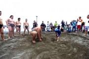 江の島片瀬海岸で「どすこいビーチクリーン」 砂浜の土俵で現役力士と子ども対決も