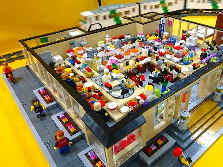 昨年の展示作品。回転ずしの店内をレゴブロックだけで細かく再現している
