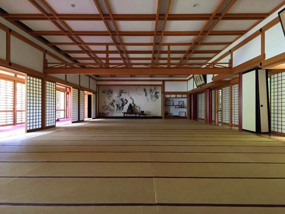 建長寺の創建750年を記念して建設された客殿「得月楼」。床を除いて全てヒノキ作りの室内で講演などを体験できる