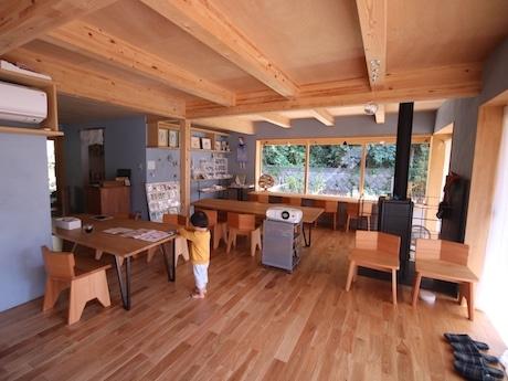 材料となる野菜の畑が見える喫茶スペース。このみえりさん・森野美沙子さんによるかぎ針編みアクセサリーや押し花と水彩の絵を展示・販売