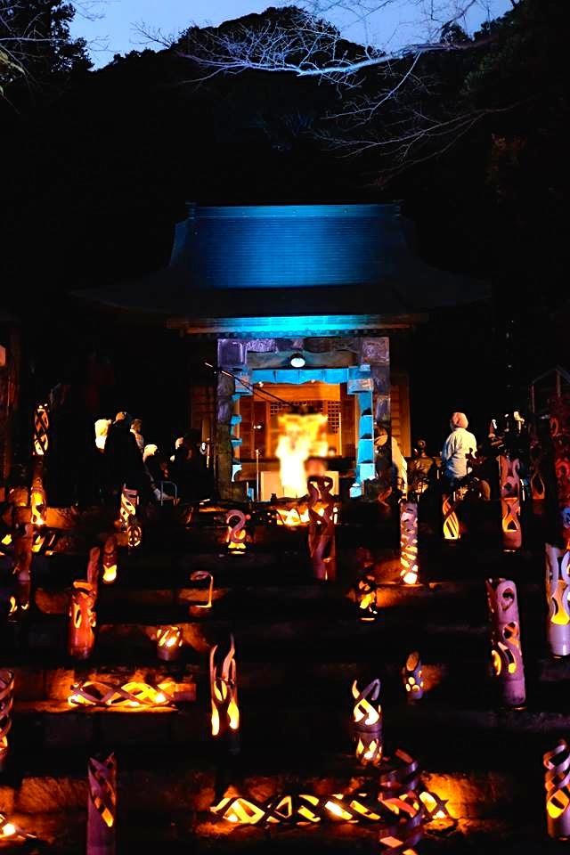 竹で作ったオブジェで神社の参道から境内が埋め尽くされ幻想的な夜に