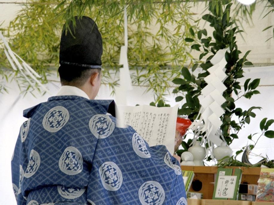 坂の下にある御霊神社の神職による祭事(昨年の様子)