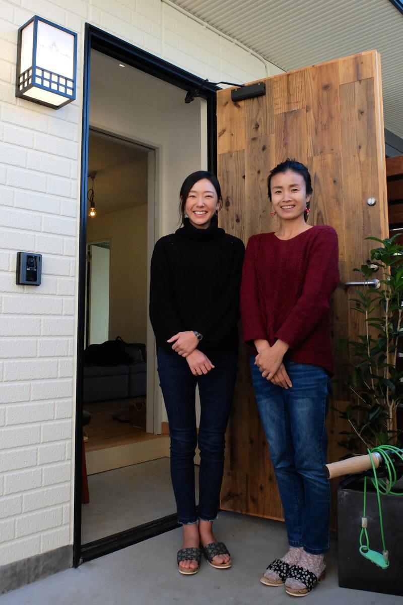おかみの中山栄利加さん(左)と副おかみの鶴見七重さん。「おうち感覚で気軽に泊まりに来て」と呼び掛ける