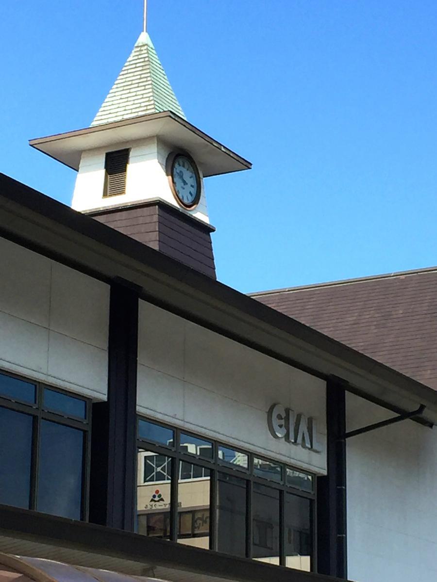 駅ロータリー側から見た駅ビル。鎌倉の風景に溶け込むよう「CIAL」のロゴも控えめ