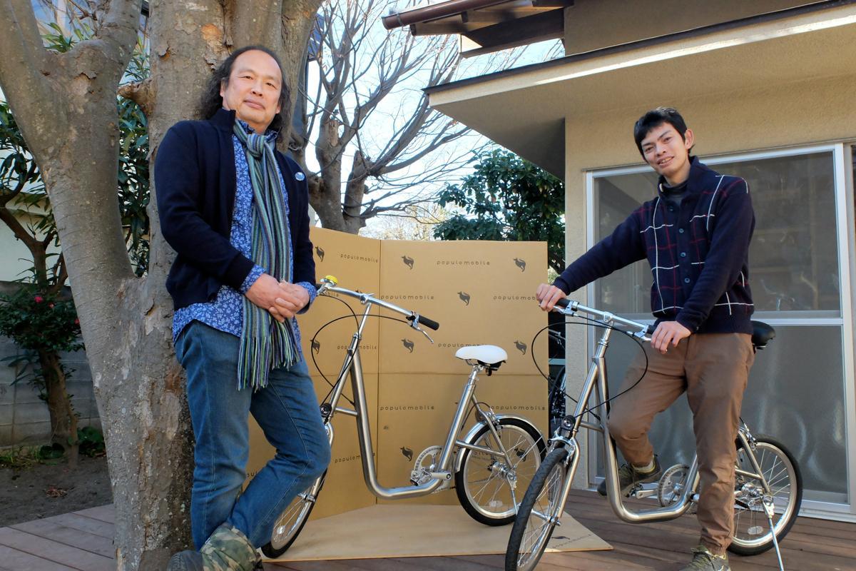 山田さん(左)と企画・開発担当で職人でもある柏木健太さん。ウッドデッキのある本社の庭で