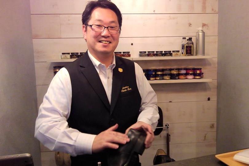 店長の渡辺さん。バーテンダーのようなユニフォーム姿でカウンターに立つ