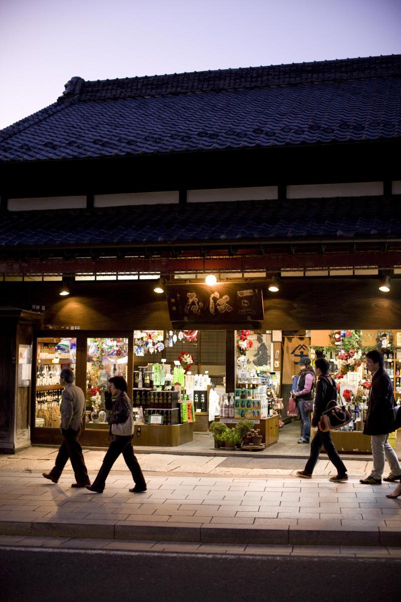 若宮大路の三河屋本店は築90年。少し引いて眺めてみると味わい深い建物であることが分かる(撮影:福井隆也)