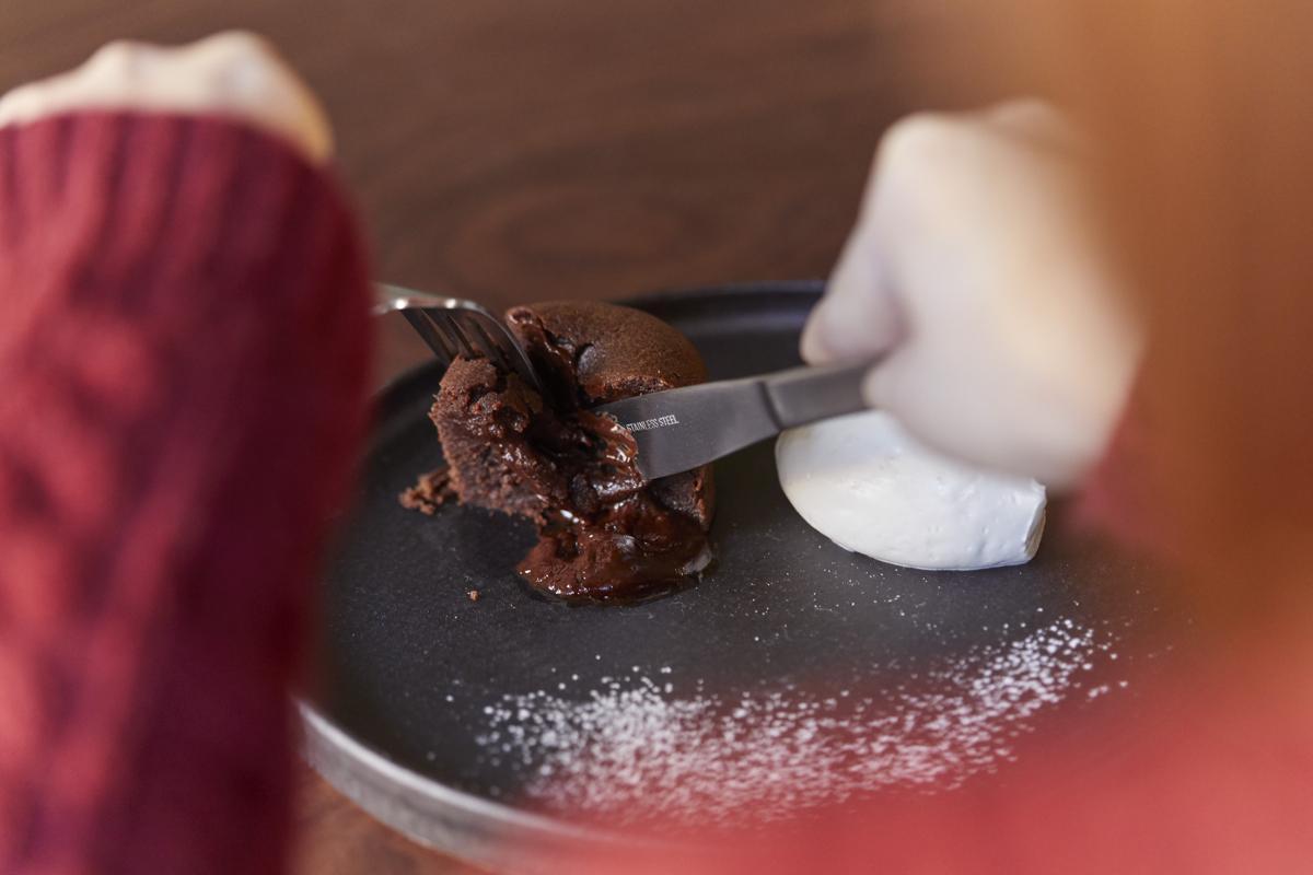 同店オリジナルや「ca ca o」の高品質なチョコレートを体験する場として「上質な空間」を提供するという