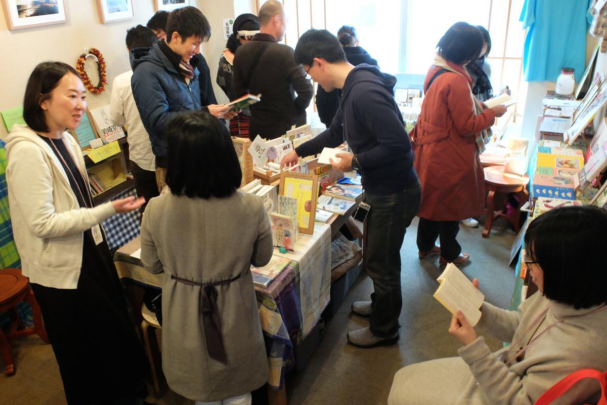 メイン会場のかまくら駅前蔵書室。狭い室内の分、店主と客の距離が近く会話が生まれた