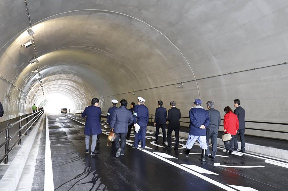 開通式の後、歩き初めを行う市長や警察署長、工事関係者ら(写真提供=逗子市)