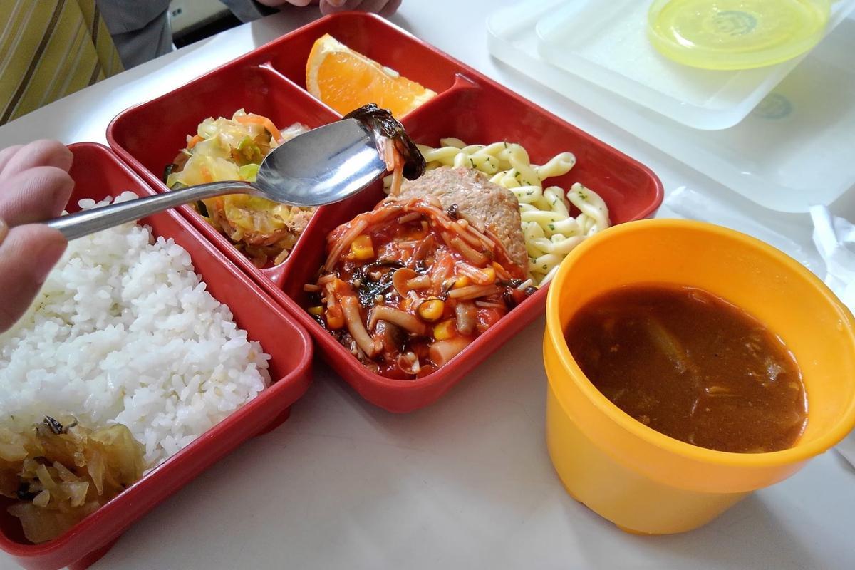 この日提供された給食メニュー「和風アカモクソースのハンバーグ」。独特の食感とともに味も栄養も