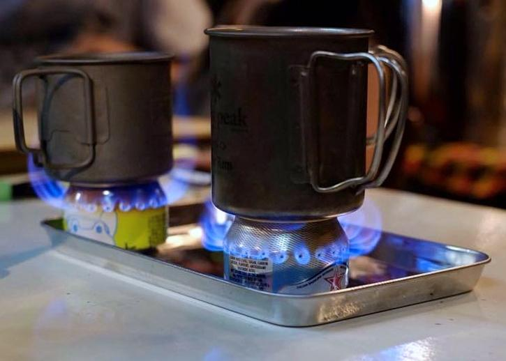 25日の空き缶を使ってアルコールストーブを作るワークショップでは燃焼の仕組みを学び、着火の喜びを体験
