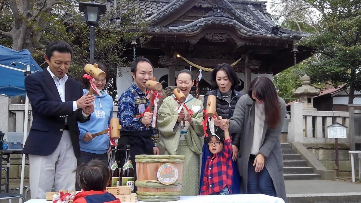 平井竜一市長(左端)と鏡割りをする40歳代表の参加者