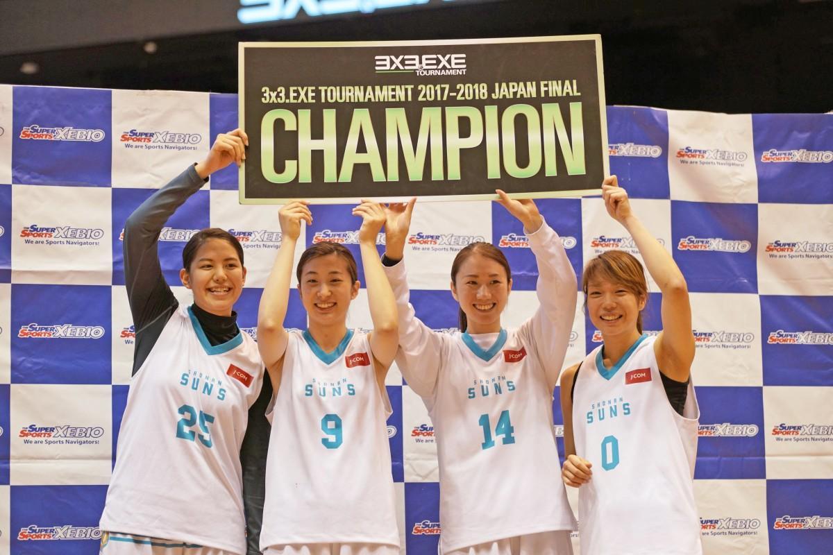 優勝湘南サンズ。左から桂、根岸、本田、小沼の各選手