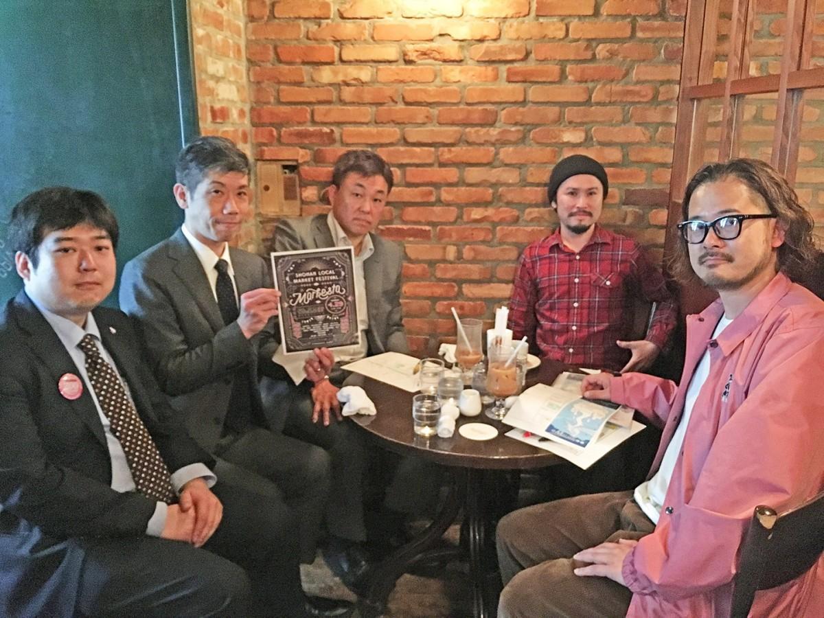 右から実行委員の小柳さん、渡辺さん、副商店会長の椎名さん、商店会長の小栗さん、松尾さん