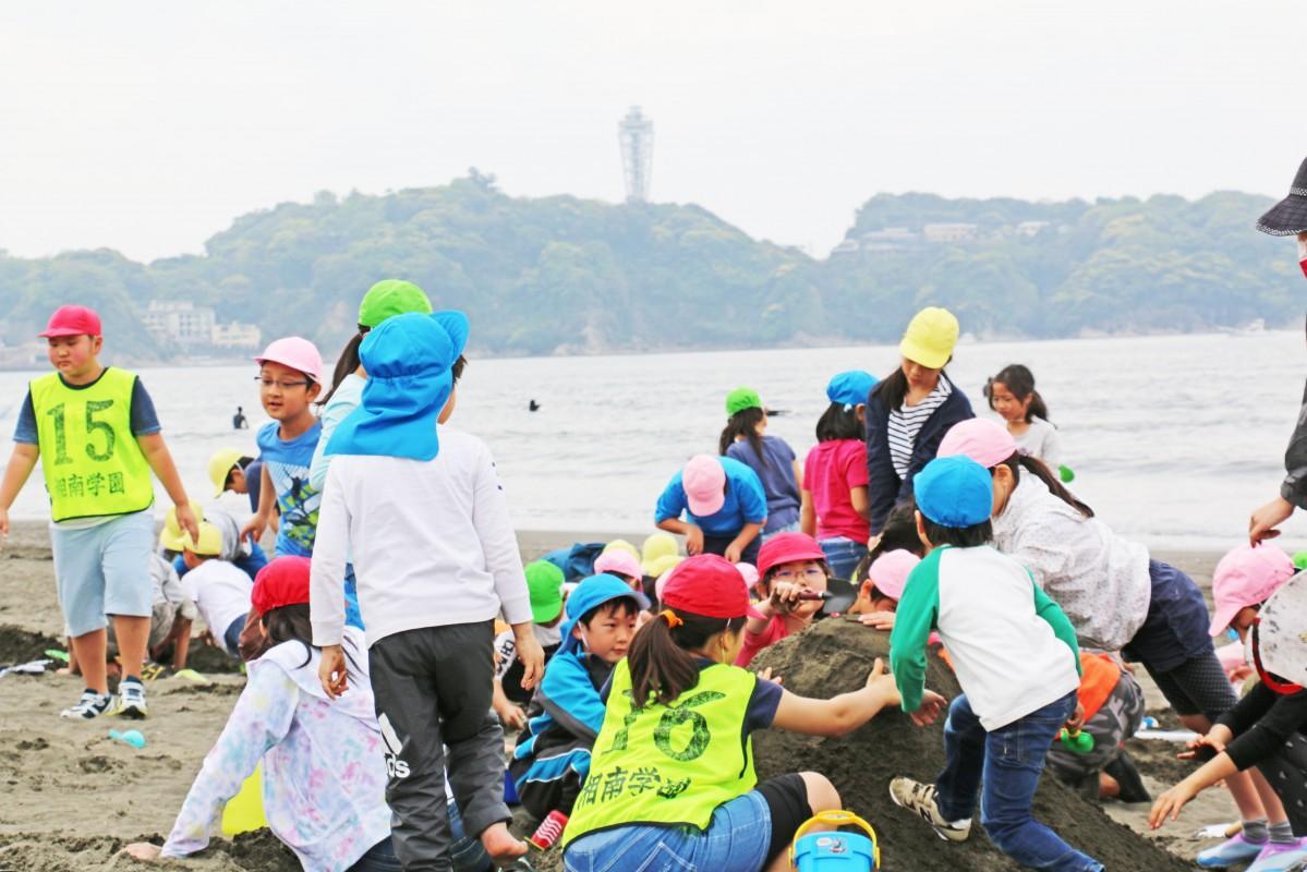 砂の像を作る湘南学園小学校の児童