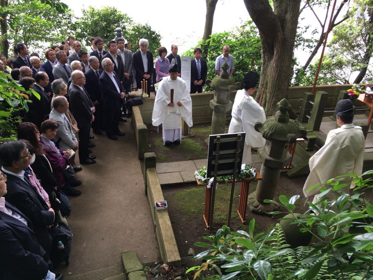杉山和一墓碑の前に集まった列席者