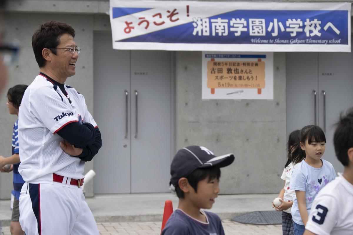 子どもたちと笑顔で交流する元プロ野球選手・監督の古田敦也さん