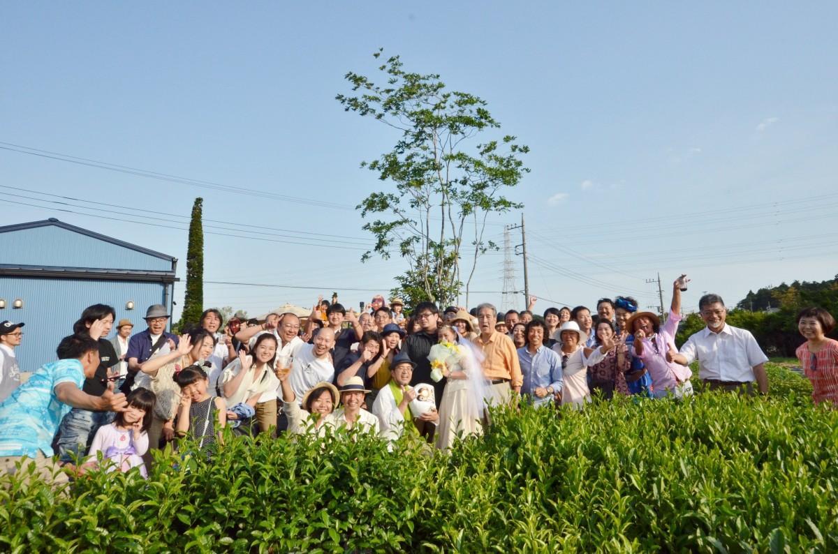 ファーム・ウェディングを行った高橋浩二さん(中央左)と須藤若菜さん(中央右)