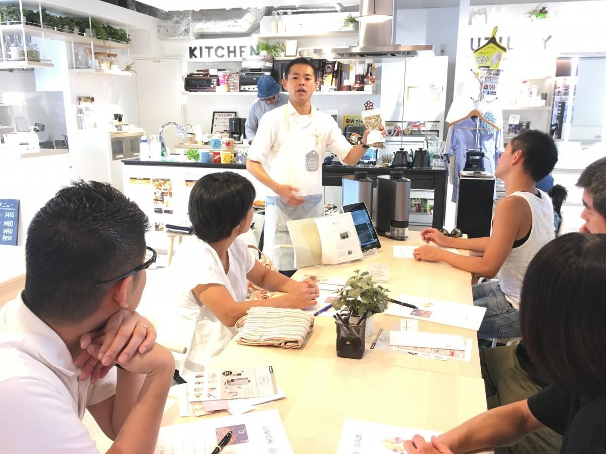 自家焙煎清次郎の種井清次郎さん(中央)による前回のワークショップイベントの様子