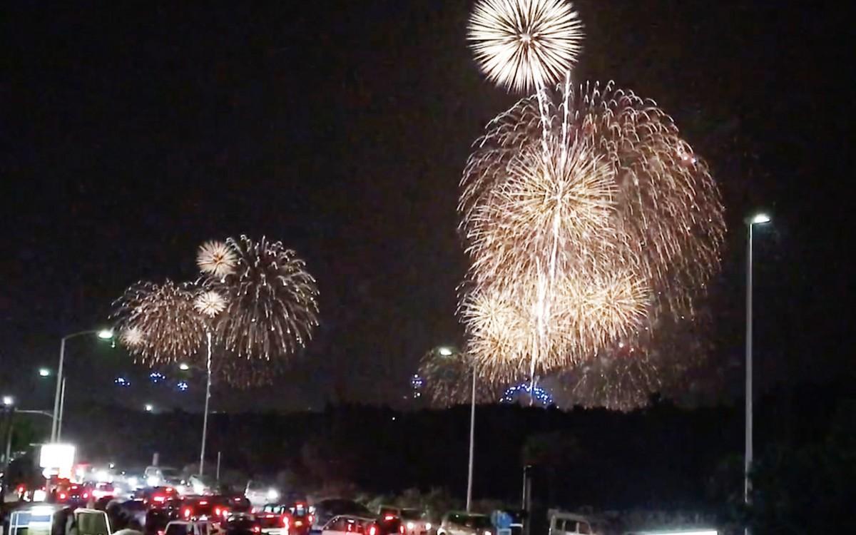 相模湾上空に打ち上げられた大輪の花火