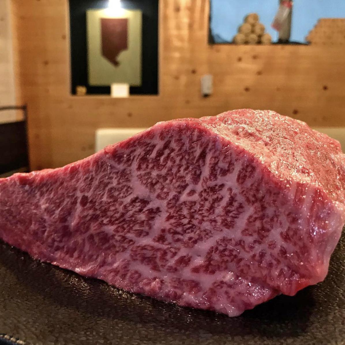 牛'sで提供している厳選肉。写真はミスジに近い赤身肉「クリ」