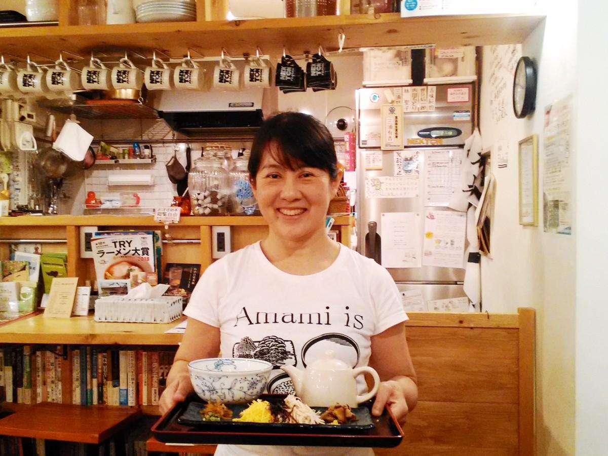 とうとがなし奄美の店主、石毛千晴さんとオススメの「鶏飯」