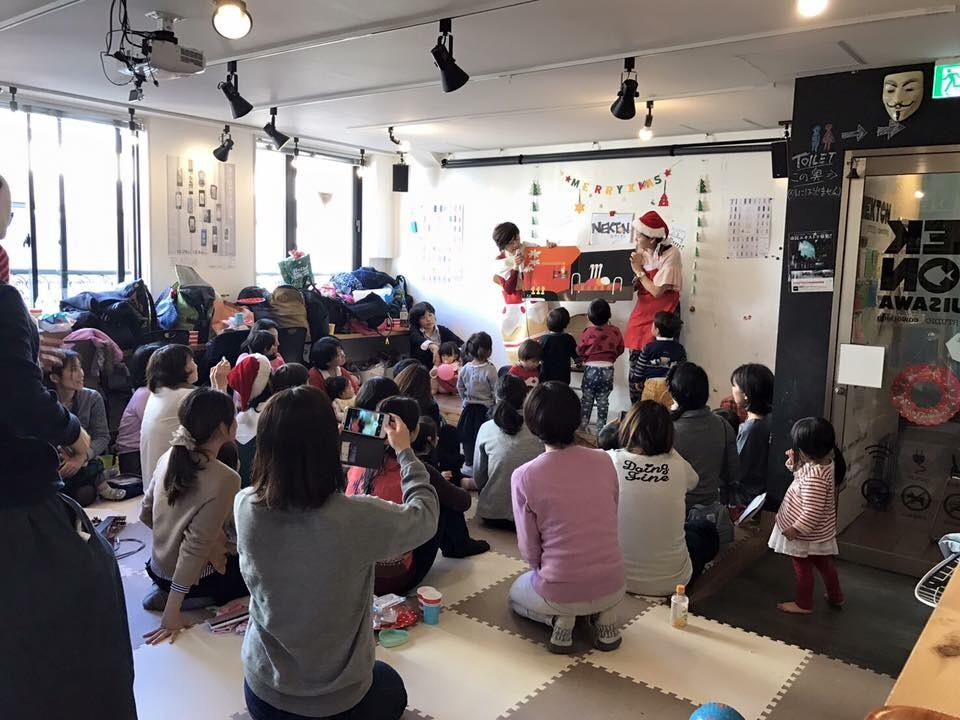 昨年の「おやこカフェクリスマスイベント」の様子。今回は昨年までの会場ではなく、新堀ライブ館3F楽友ホールとなる