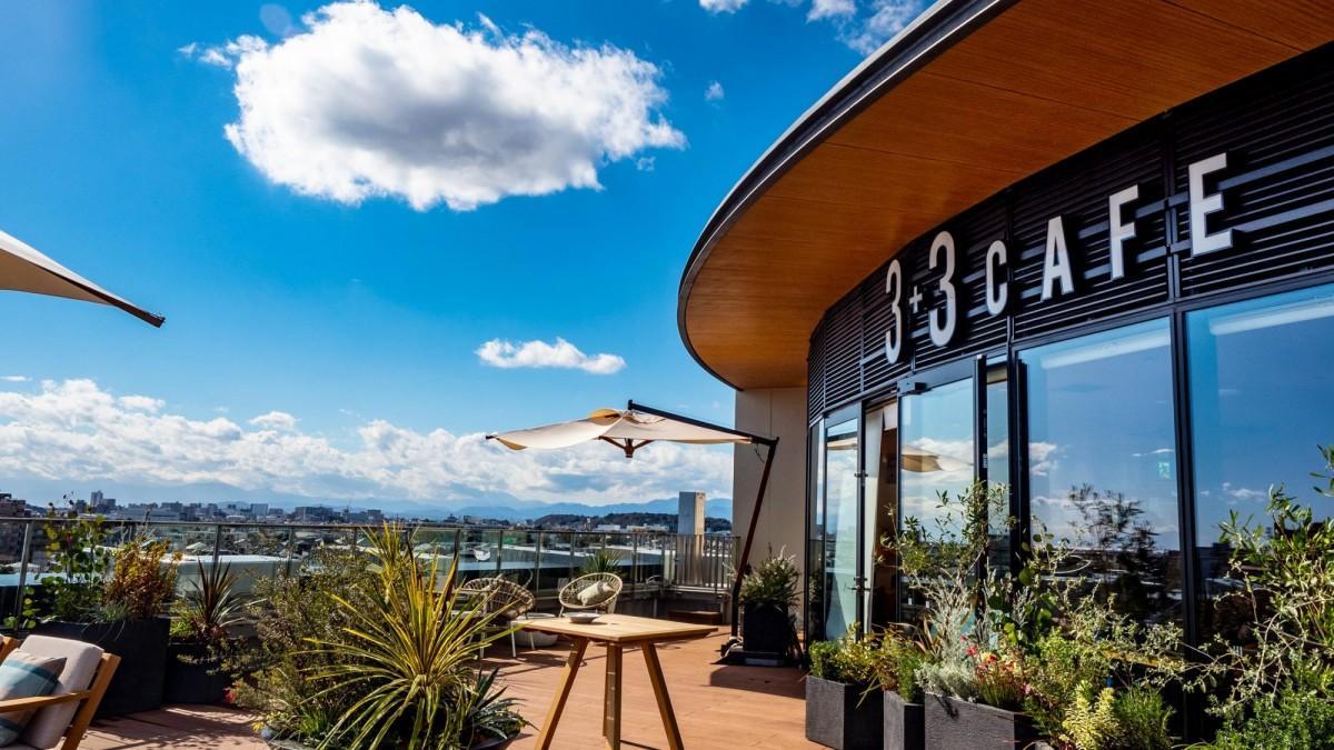 3+3CAFEからの眺め。江の島や富士山を望めるロケーションはまさに「天空のカフェ」