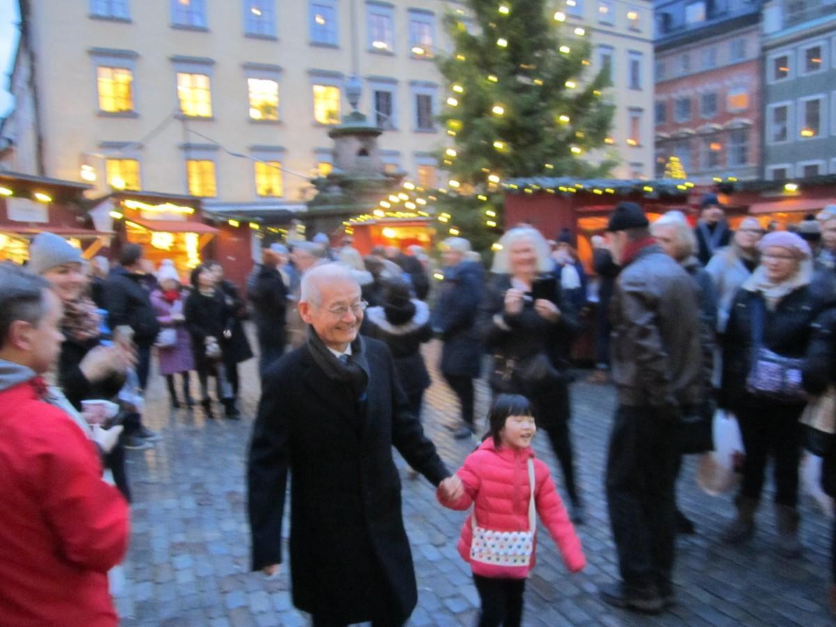 ストックホルムで家族と過ごす吉野彰さん