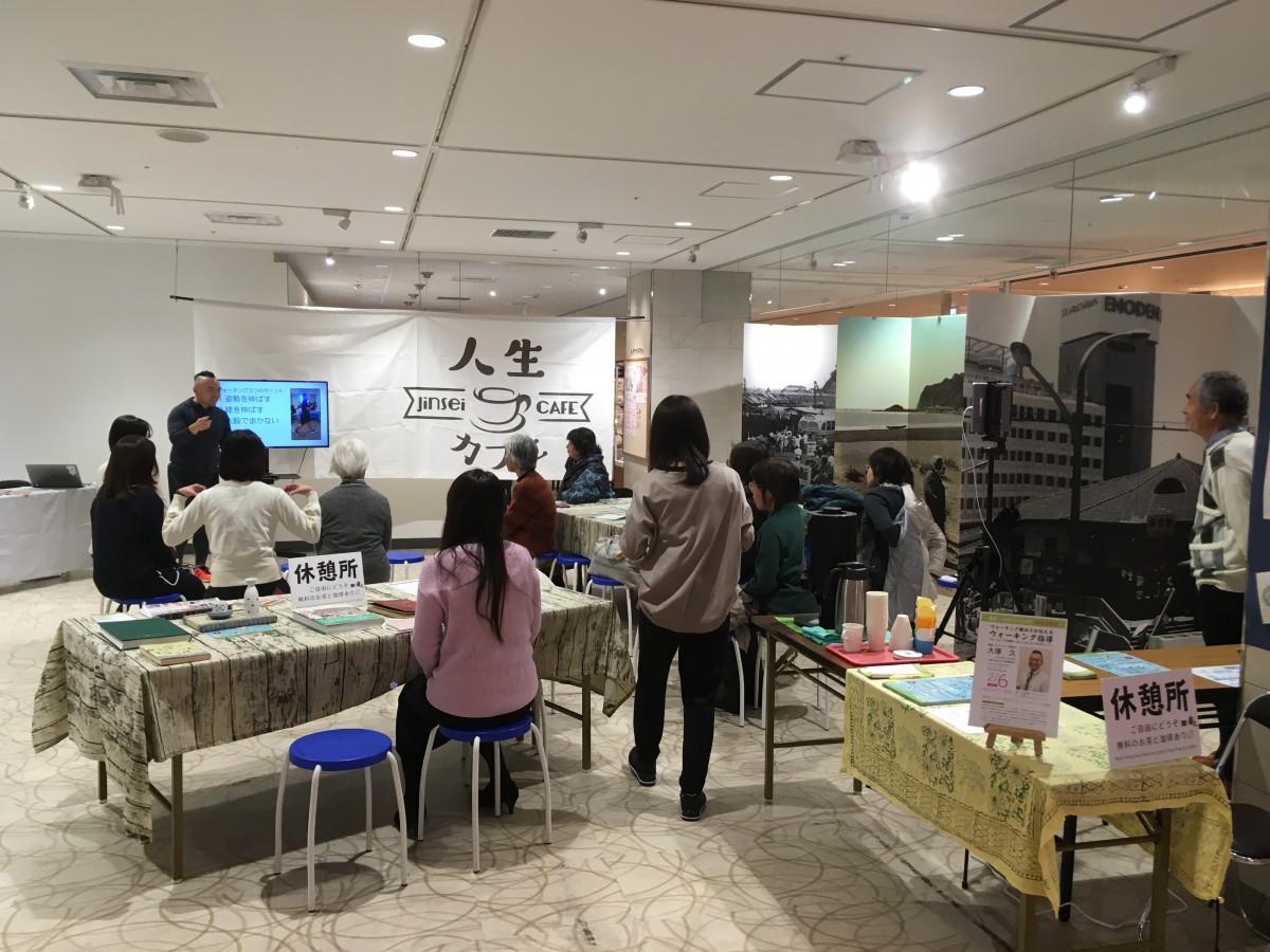 生きがいイベント「人生カフェ」の会場。川柳コンテストに多くの応募があり、会場で最終投票を行っている