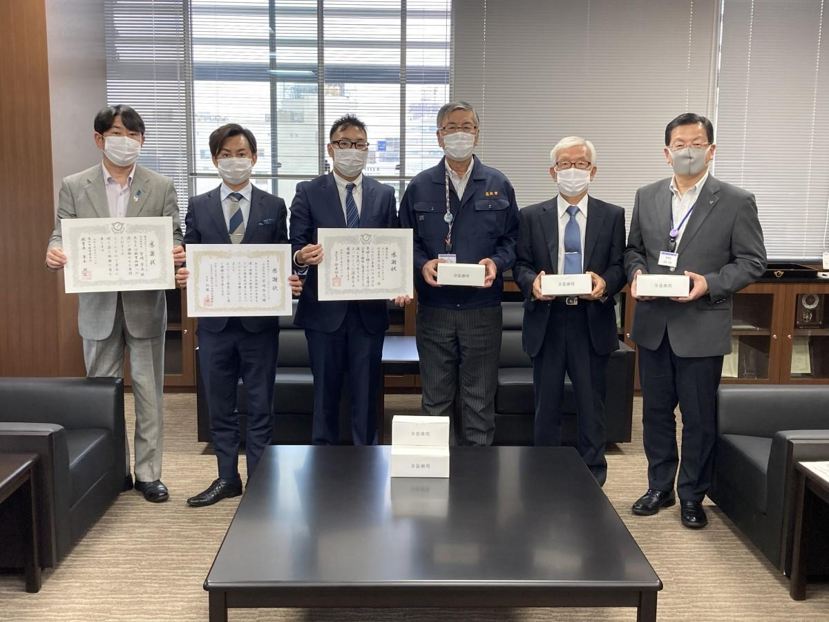 宮崎芳文社長(左から3人目)と鈴木恒夫藤沢市長(左から4人目)